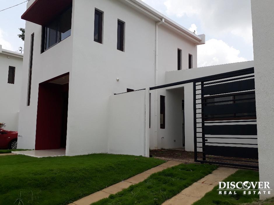 Alquiler de único y nuevo Townhouses de 3 habitaciones en Urbanización Xochitlan