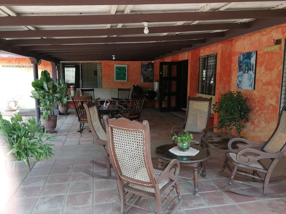 Preciosa casa esquinera en venta en Las Colinas