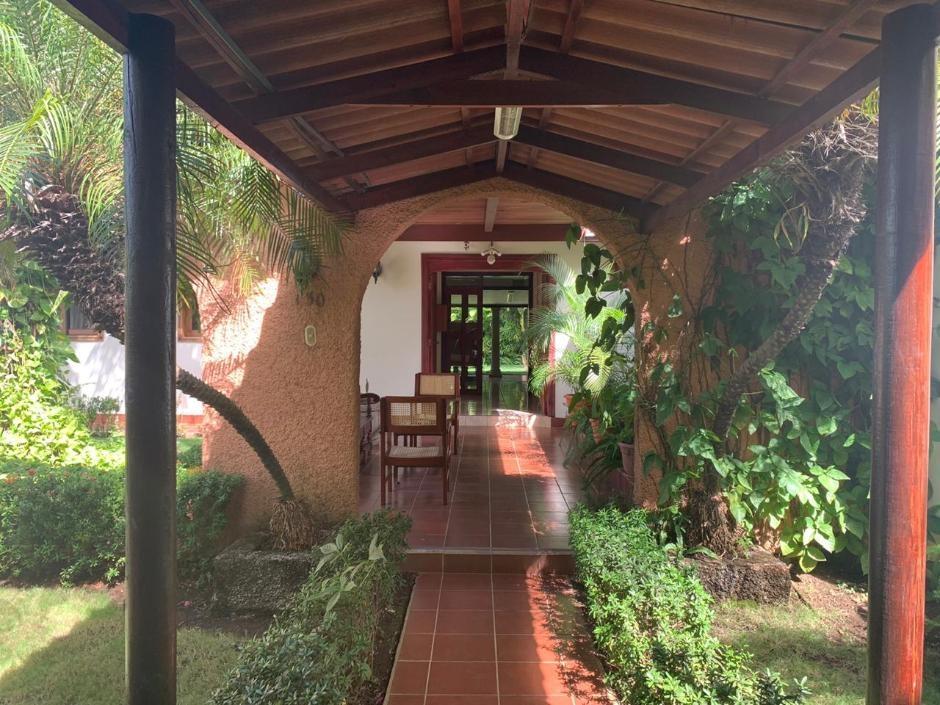 Se alquila amplia casa para oficina en Villa Fontana.