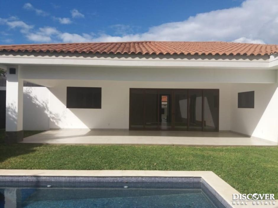 Casa en Alquiler en Condominio Lomas de Santa Lucia.