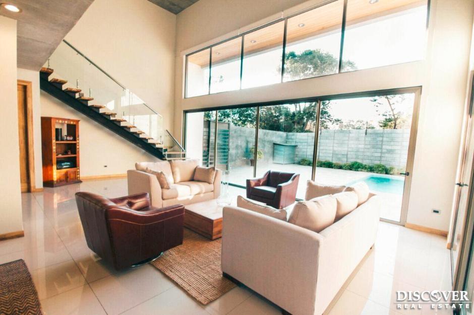 Elegante casa ubicada en Villa Fontana.
